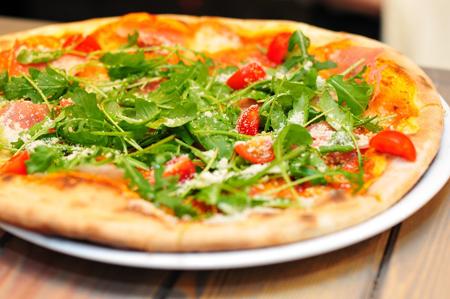 Ein Gruß aus einer italienischen Küche: Pizza