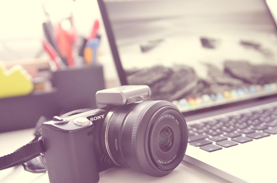 Fotoapparat und Computer für fremdsprachiges Praktikum